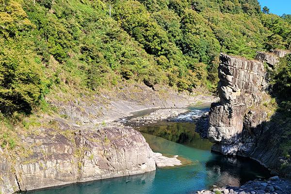 秀巒軍艦岩